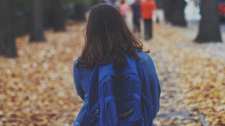 Zostawił córkę przed zamkniętą szkołą. 8-latce pomogła policja