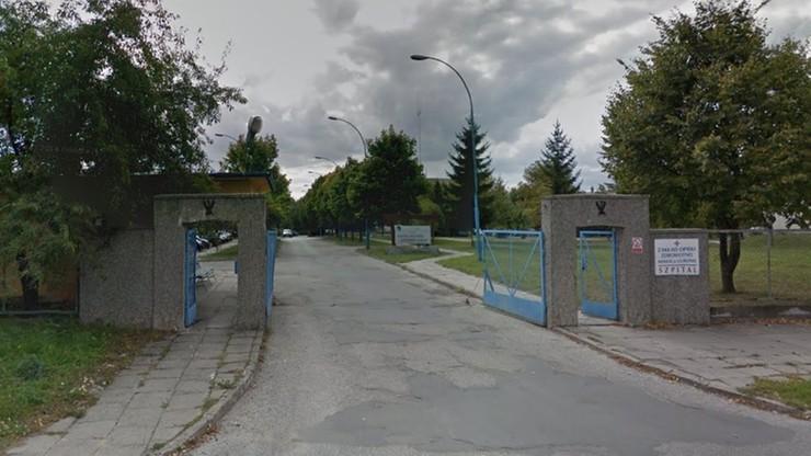 Zwłoki mężczyzny przy ogrodzeniu szpitala w Lublinie. Mogły tam leżeć nawet kilka miesięcy
