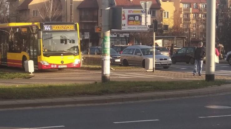 Kierowca autobusu we Wrocławiu celowo wjechał na chodnik i ścieżkę rowerową