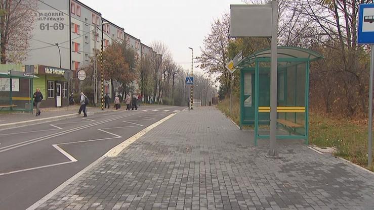Ulica Podwale przebiega między blokami. Według jaworzańskiego magistratu, jej zwężenie poprawiło bezpieczeństwo pieszych