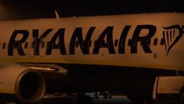 Polak otworzył drzwi w samolocie i wyszedł na skrzydło. Miał dość czekania na pokładzie