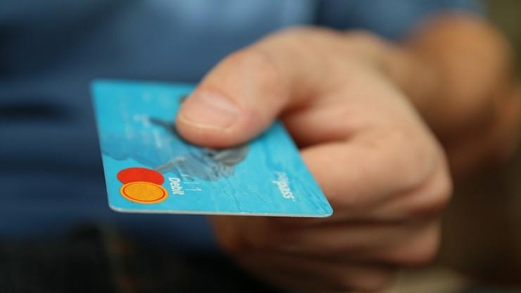 Darmowe karty płatnicze wcale nie takie darmowe. UOKiK skontrolował banki