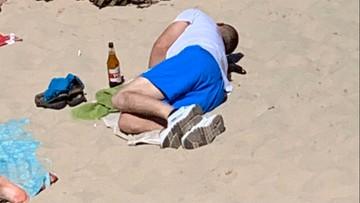 """Ratownik z Mielna zrobił zdjęcia pijącym na plaży. """"Na podwójnym gazie wchodzą do wody"""""""