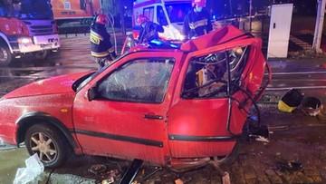 Śmiertelny wypadek na skrzyżowaniu w Warszawie. Tył golfa całkowicie zmiażdżony