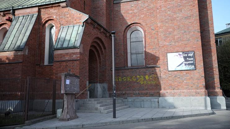 Wtargnięcia na msze, zniszczone elewacje kościołów, zatrzymania. Dane policji
