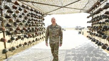"""Hełmy zabitych żołnierzy, manekiny udające jeńców. """"Zdobycze wojenne"""" Azerbejdżanu"""