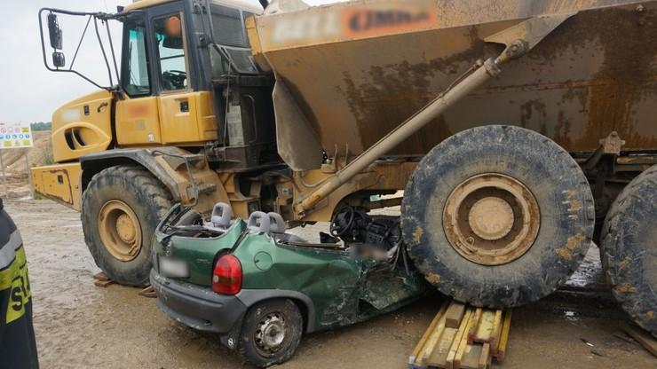 Wjechała pod ciężarówkę pracującą na budowie, jej samochód został zmiażdżony. Zginęła na miejscu