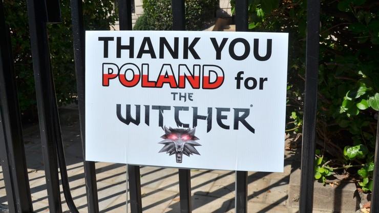 """""""Miła niespodzianka"""" przed polską ambasadą. Amerykanin podziękował Polsce za... """"Wiedźmina"""""""