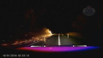 Pościg za płonącą przyczepą bez kół. Kierowca ciągnął ją po asfalcie przez ponad 20 km