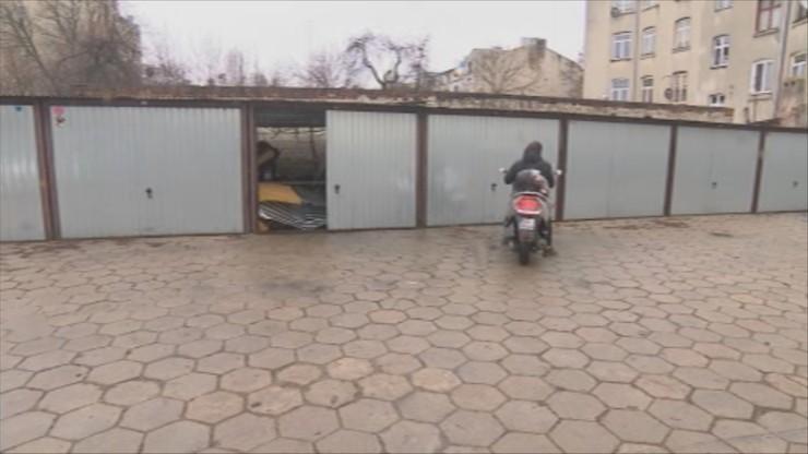 Ciało mężczyzny w szczelinie za ścianą garażu. Są wyniki sekcji zwłok