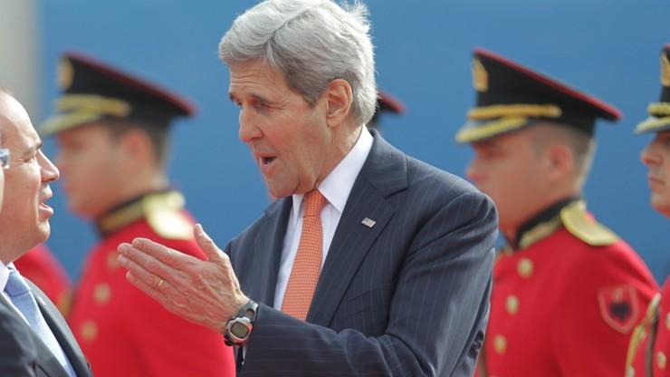 Sekretarz stanu USA namawia Albanię na reformy i walkę z korupcją. W tle wejście do UE