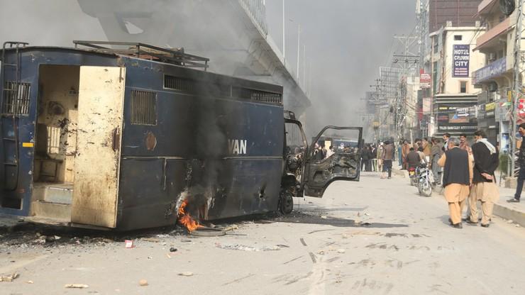 Operacja policji przeciw demonstrantom w Islamabadzie. Protest wywołało pominięcie proroka Mahometa w przysiędze wyborczej
