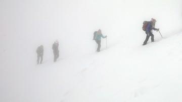 """Dwie akcje ratunkowe w Tatrach. """"Turyści noc spędzili w wykopanej jamie"""""""