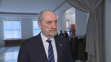 """Macierewicz chce dekomunizować Powązki. Senator poleca mu """"zakład psychiatryczny"""""""