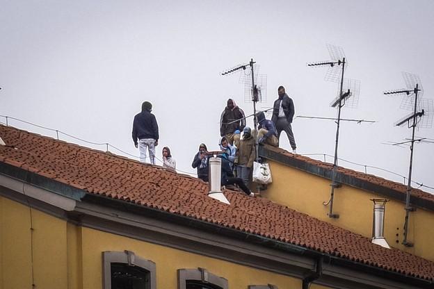 Osadzeni przedostali się też na dachy więzień
