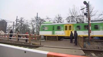 Nieznany sprawca rzucał butelkami w pociąg. Jedna osoba ranna, dwie szyby wybite