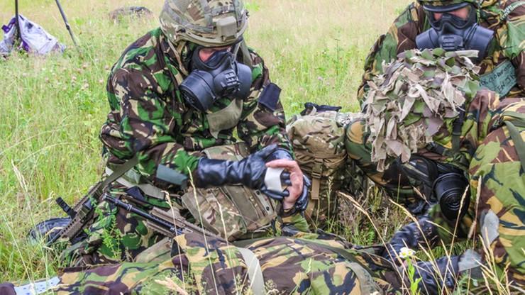 Brytyjski żołnierz wśród zakażonych koronawirusem w Ostródzie