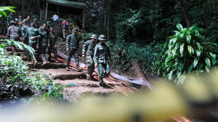 Tajlandia: młodzi piłkarze i ich trener uwięzieni w jaskini. Rozszerzono akcję ratowniczą
