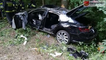 Samochód zjechał z drogi i uderzył w drzewo. Czworo dzieci rannych