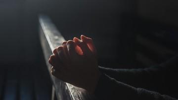 Ksiądz oskarżony o seksualne wykorzystanie 15 dzieci. Zapraszał je na  oglądanie bajek