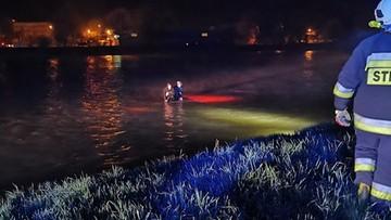 Auto wpadło do rzeki. Pasażerowie weszli na dach
