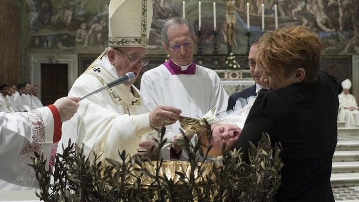 """""""Wiarę głosić bez arogancji i nakazu"""". Franciszek ochrzcił 28 niemowląt w Kaplicy Sykstyńskiej"""