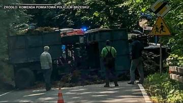 Wywrotka ciągnika z dwiema przyczepami obornika. Po 8-latka przyleciał śmigłowiec
