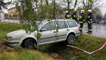 Pijany ojciec wiózł autem dwoje dzieci. Zakończył jazdę w przydrożnym rowie