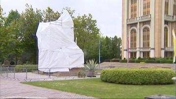 Księża marianie zasłonili pomnik kustosza sanktuarium w Licheniu