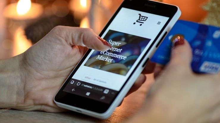 Świąteczne zakupy Polaków. Większość e-klientów kupuje prezenty przez smartfona
