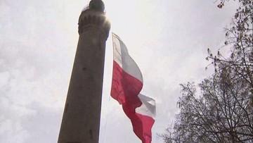 """Ogromna flaga na latarni morskiej w Świnoujściu. """"Największa wisząca biało-czerwona w Polsce"""""""