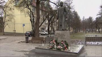 Figura ks. Henryka Jankowskiego wróciła na cokół pomnika w Gdańsku mimo protestów
