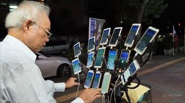 70-latek z Tajwanu łapie Pokemony. Gra na 15 telefonach jednocześnie