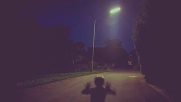 W samej bieliźnie i bez opieki. 7-latek błąkał się w nocy po ulicy