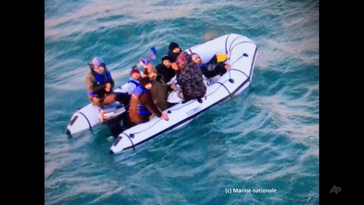 Pontonami próbowali przepłynąć kanał La Manche. Służby uratowały 32 migrantów
