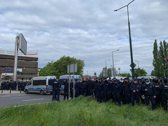 Policjanci blokują ulicę Nowogrodzką
