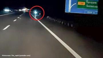 Zabrakło mu paliwa na autostradzie. Nocą i pod prąd wrócił po nie na hulajnodze elektrycznej
