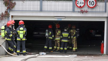 Pożar garażu w Warszawie. Spłonęło ponad 20 aut