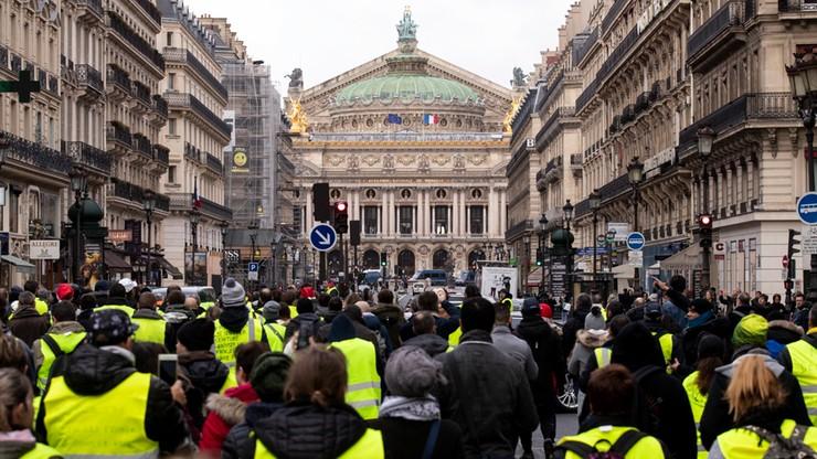 """Po proteście """"żółtych kamizelek"""" Macron wzywa do spokoju, premier potępia """"antysemickie akty"""""""