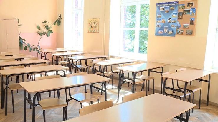 Zmiany w szkołach i zakaz przemieszczania się bez opieki dorosłego. Decyzje rządu