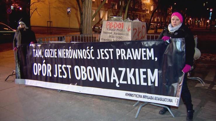 """""""Pomniki dla ofiar, nie dla katów"""". Demonstracja pod cokołem pomnika ks. Jankowskiego"""