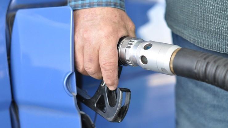Poznań. Ukradł ponad tysiąc litrów paliwa. wpadł, bo jego samochód ugrzązł w błocie