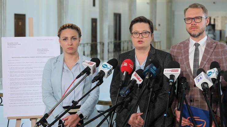 """Dzień Nauczyciela. Posłowie KO przygotowali symboliczną """"rezygnację"""" dla ministra Czarnka"""