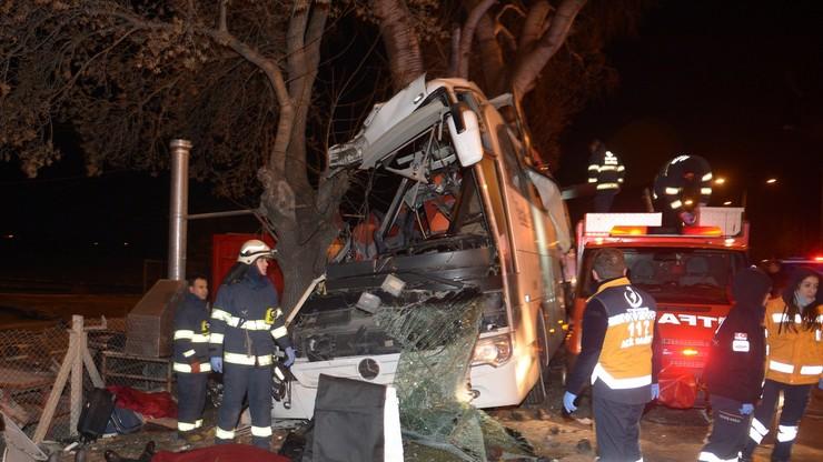Tragiczny wypadek w Turcji. Autokar wiozący rodziny z dziećmi zjechał z drogi i uderzył w drzewa