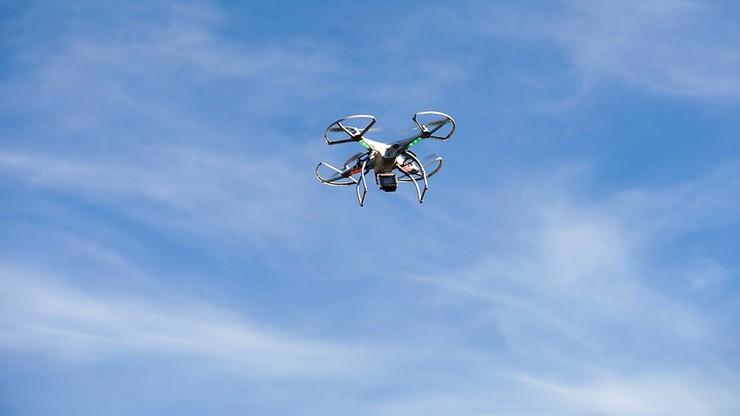 Dron dostarczył nielegalną przesyłkę do więzienia we Francji. Wylądował wśród osadzonych