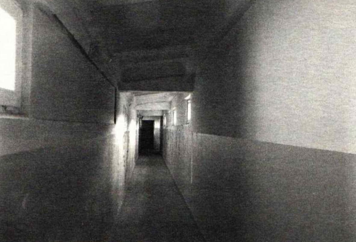 Korytarz bloku, z którego nadano pierwszą audycję Radia. (ul. Tatrzańska 11 w Oliwie, z tego korytarza Józef Kaczkowski i Andrzej Dembiński wspięli się na dach, aby nadać audycję