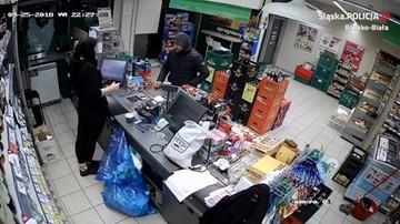 Sterroryzował ekspedientkę nożem i ukradł gotówkę. Policja szuka napastnika