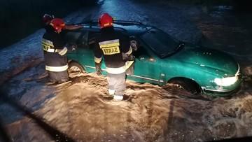 Nawałnice w Polsce. Auto porwane przez wodę; spadające drzewo zniszczyło groby