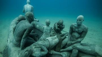 Rzeźba uchodźców pod wodą. Artyści oddają hołd ofiarom kryzysu migracyjnego