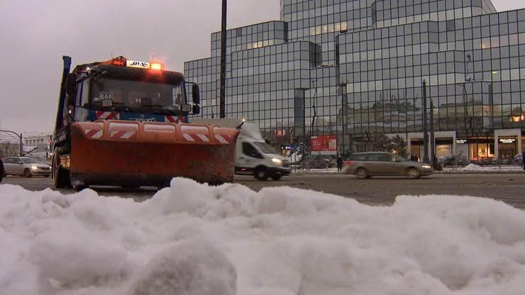 Oblodzone drogi i kilkanaście centymetrów śniegu. Ostrzeżenia dla 11 województw